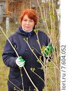 Купить «Женщина ухаживает за растениями», эксклюзивное фото № 7604052, снято 24 апреля 2010 г. (c) Юрий Морозов / Фотобанк Лори