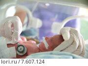 Купить «Московский областной перинатальный центр в Балашихе. Врач слушает новорожденного ребенка», эксклюзивное фото № 7607124, снято 24 июня 2015 г. (c) Дмитрий Неумоин / Фотобанк Лори