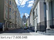 Купить «Москва. Кривоарбатский переулок», эксклюзивное фото № 7608048, снято 18 июня 2015 г. (c) Елена Коромыслова / Фотобанк Лори
