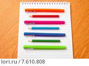 Блокнот и разноцветные ручки и карандаши. Стоковое фото, фотограф Alexander Alexeev / Фотобанк Лори
