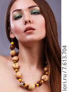 Портрет молодой брюнетки с макияжем и бусами. Стоковое фото, фотограф Александр Сысоев / Фотобанк Лори