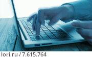 Купить «Девушка вводит номер кредитной карты для онлайн покупки», видеоролик № 7615764, снято 28 июня 2015 г. (c) Валерия Потапова / Фотобанк Лори