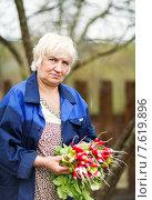 Женщина с урожаем редиса. Стоковое фото, фотограф Евгений Чернецов / Фотобанк Лори