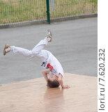 Маленький мальчик танцует хип-хоп на фестивале на фестивале Экшен спорт в городе Ельце Липецкой области (2015 год). Редакционное фото, фотограф Игорь Хамицаев / Фотобанк Лори