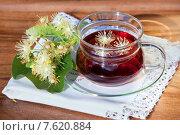 Купить «Чашка с липовым чаем, веточкой цветущей липы на белой салфетке», фото № 7620884, снято 25 июня 2015 г. (c) Татьяна Белова / Фотобанк Лори