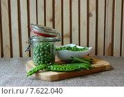 Банка зеленого горошка  на кухонном столе. Стоковое фото, фотограф Шуба Виктория / Фотобанк Лори