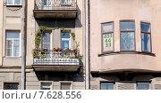 Купить «Объявление о продаже недвижимости в окне старого дома», фото № 7628556, снято 14 ноября 2019 г. (c) Vladimir Sviridenko / Фотобанк Лори