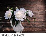 Белые пионы в вазе на деревянном фоне. Стоковое фото, фотограф Лариса К / Фотобанк Лори