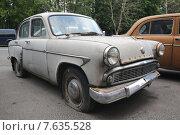 Брошенный старый автомобиль «Москвич - 403» (2015 год). Редакционное фото, фотограф Иван Блынский / Фотобанк Лори