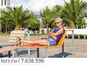 Купить «Женщина в солнцезащитных очках отдыхает на скамейке в тропическом парке», фото № 7638596, снято 9 июля 2013 г. (c) Евгений Ткачёв / Фотобанк Лори