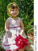 Маленькая девочка с красным пионом (2015 год). Редакционное фото, фотограф ElenaGumerova / Фотобанк Лори