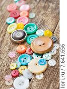 Купить «Старые пуговицы на деревянном столе», фото № 7641656, снято 28 июня 2015 г. (c) Типляшина Евгения / Фотобанк Лори