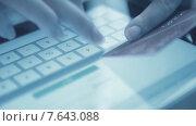 Купить «Использование кредитной карты для покупки онлайн», видеоролик № 7643088, снято 5 июля 2015 г. (c) Валерия Потапова / Фотобанк Лори