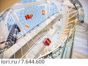 Купить «Интерьер атриума торгового комплекса в новогоднем оформлении», фото № 7644600, снято 25 декабря 2013 г. (c) Сайганов Александр / Фотобанк Лори