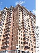 Купить «Жилой высотный дом», фото № 7645376, снято 2 июля 2015 г. (c) Victoria Demidova / Фотобанк Лори