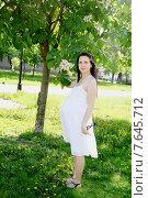 Купить «Беременная девушка в солнечных лучах», эксклюзивное фото № 7645712, снято 26 мая 2015 г. (c) Инна Козырина (Трепоухова) / Фотобанк Лори