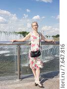 Женщина стоит возле фонтана. Стоковое фото, фотограф Игорь Ворожбитов / Фотобанк Лори