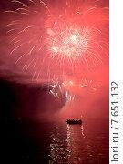 Canada Day firework display, Unorganized Kenora, Kenora, Lake of The Woods, Ontario, Canada. Стоковое фото, фотограф Keith Levit / Ingram Publishing / Фотобанк Лори