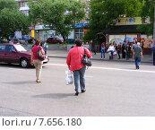 Купить «Люди переходят дорогу в неположенном месте, улица Грекова, район Медведково, Москва», эксклюзивное фото № 7656180, снято 30 июня 2015 г. (c) lana1501 / Фотобанк Лори