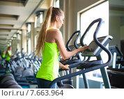 Девушка занимается на тренажёре в фитнес-клубе. Стоковое фото, фотограф Дарья Петренко / Фотобанк Лори