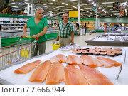 """Покупатели в супермаркете """"ОКей"""" (2015 год). Редакционное фото, фотограф Виктор Филиппович Погонцев / Фотобанк Лори"""