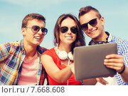 Купить «group of smiling friends with tablet pc outdoors», фото № 7668608, снято 10 августа 2014 г. (c) Syda Productions / Фотобанк Лори