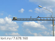 Купить «Система видеофиксации нарушений правил дорожного движения на дороге на фоне облачного неба», фото № 7678160, снято 14 июня 2015 г. (c) Александр Замараев / Фотобанк Лори