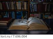 Старая  научная книга. Стоковое фото, фотограф Владимир Вдовиченко / Фотобанк Лори