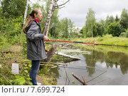 Женщина ловит рыбу на удочку (2015 год). Редакционное фото, фотограф Игорь Ворожбитов / Фотобанк Лори