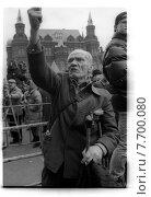 Пожилой мужчина грозит кулаком на Красной площади. Редакционное фото, фотограф Борис Кавашкин / Фотобанк Лори