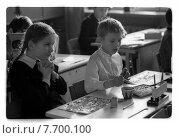 Купить «Школьники за партой в классе», фото № 7700100, снято 25 февраля 2020 г. (c) Борис Кавашкин / Фотобанк Лори
