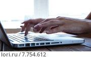 Купить «Девушка набирает текст с помощью клавиатуры ноутбука», видеоролик № 7754612, снято 19 июля 2015 г. (c) Константин Колосов / Фотобанк Лори