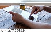 Купить «Девушка просматривает новости на планшете», видеоролик № 7754624, снято 19 июля 2015 г. (c) Константин Колосов / Фотобанк Лори