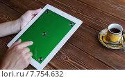 Купить «Девушка использует планшет за столиком кафе», видеоролик № 7754632, снято 19 июля 2015 г. (c) Константин Колосов / Фотобанк Лори