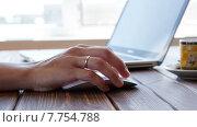 Купить «Девушка работает за ноутбуком», видеоролик № 7754788, снято 19 июля 2015 г. (c) Константин Колосов / Фотобанк Лори