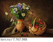 Натюрморт с букетом летних цветов и земляникой. Стоковое фото, фотограф Ирина Приходько / Фотобанк Лори