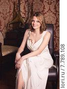 Красивая девушка в ретроинтерьере. Стоковое фото, фотограф Эльвира Гумирова / Фотобанк Лори