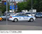 Полицейская машина движется по Вешняковской улице в Москве, эксклюзивное фото № 7836240, снято 4 июня 2014 г. (c) lana1501 / Фотобанк Лори