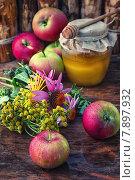 Купить «Натюрморт из урожая спелых яблок и меда», фото № 7897932, снято 21 сентября 2018 г. (c) Николай Лунев / Фотобанк Лори