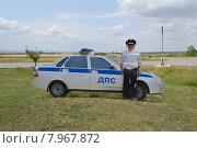Муляж машины дорожно-патрульной службы (ДПС) и полицейского у дороги (2015 год). Редакционное фото, фотограф Светлана Шимкович / Фотобанк Лори
