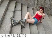 Купить «Молодая девушка в роликах лежит на спуске к Свердловской набережной. Санкт-Петербург», фото № 8132116, снято 20 июня 2015 г. (c) Ивашков Александр / Фотобанк Лори
