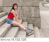 Молодая девушка в роликах сидит на ступенях гранитной лестницы на Свердловской набережной. Санкт-Петербург. Стоковое фото, фотограф Ивашков Александр / Фотобанк Лори