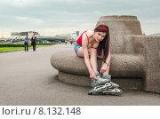Молодая девушка поправляет ролики сидя на Свердловской набережной. Санкт-Петербург. Стоковое фото, фотограф Ивашков Александр / Фотобанк Лори