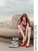 Купить «Молодая девушка переобувается после катания на роликах на Свердловской набережной. Санкт-Петербург», фото № 8132176, снято 20 июня 2015 г. (c) Ивашков Александр / Фотобанк Лори
