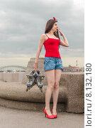 Купить «Молодая девушка стоит на Свердловской набережной, держа в руках роликовые клоньки. Санкт-Петербург», фото № 8132180, снято 20 июня 2015 г. (c) Ивашков Александр / Фотобанк Лори