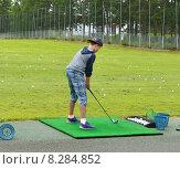 Купить «Молодой игрок в гольф на стартовой площадке», фото № 8284852, снято 18 июля 2015 г. (c) Валерия Попова / Фотобанк Лори