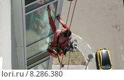 Альпинист моет окно в высотном доме (2015 год). Редакционное видео, видеограф Лилия Линкевич / Фотобанк Лори