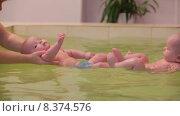 Купить «Дети в бассейне», видеоролик № 8374576, снято 23 июня 2015 г. (c) Tatiana Kravchenko / Фотобанк Лори