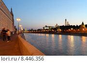 Купить «Московская набережная, вечерний вид», фото № 8446356, снято 26 июля 2015 г. (c) Владимир Журавлев / Фотобанк Лори