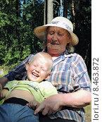 Радостный внук с бабушкой в лесу. Стоковое фото, фотограф Лилия Линкевич / Фотобанк Лори